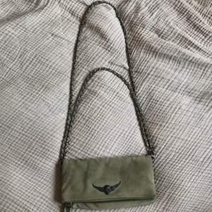 Säljer min gröna Zadig väska i mocka, väskan är i gott skick!! Vill ni ha fler bilder kan ni skriva privat💓 väskan är fårn början köpt på Vestiaire Collective vilket garanterar att den är äkta, jag har i efterhand köpt den på plick. Pris kan diskuteras (lånade bilder)