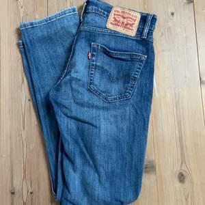 Så snygga, lågmidjade levis jeans som inte kommer till användning. Jag brukar ha 38/36 i storlek. På mig är de aningen korta. Hör av er för fler bilder💕