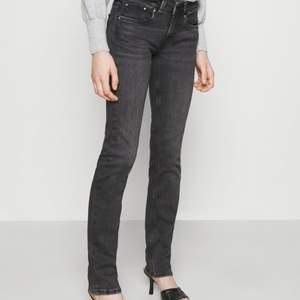 Säljer dessa jättefina lågmidjade jeans från pepe jeans slutsålda och köptes för 950kr. Aldrig använda. Spårbar frakt tillkommer. För egna bilder skriv privat. De är i storlek 24/30