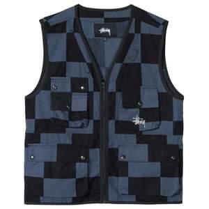 Säljer min STÜSSY Utility Vest är svart och blå rutig. Den är helt oanvänd, bara testat den. Den är i storlek s. Köpte den ny för 1400 kr. Säljer den för 800 kr