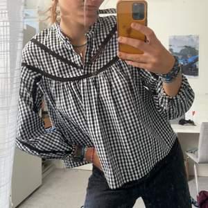 Svartvit rutig blus eller kanske mer kallad skjorta i oversize wide typ. Supersöt men också cool.