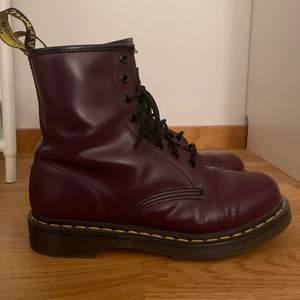 Mörk lila Dr. Martens boots, de är storlek 41 men passar även storlek 39/40 med tjock strumpor. Nästan helt oanvända, passar bra med byxor/ klänningar/ kjolar etc. Originalpris var 2500kr - Nya priset går att diskuteras :))