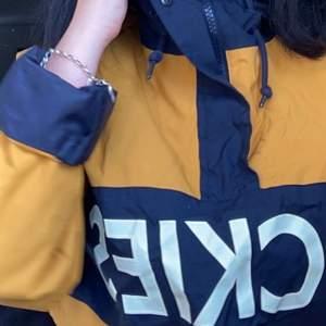 Säljer min älskade jacka från märket dickies som tyvärr inte kommer till användning längre ): Ganska stor i storleken men tror det beror på att det är en unisex modell så ha det i åtanke! Kollar frakt vid intresse