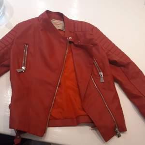 Fin röd oanvänd skinnjacka från voyelles. Storlek 36 men rätt liten i storleken.