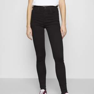 (Bilder taget från zalando)  Säljer mina svarta high rise super skinny jeans från levi's. Dessa är köpta från zalando den 13e augusti för 749 kr. Har använt dessa 1 gång men känner inte att dom kommer komma till användning då jag inte tycker att dom sitter så bra på mig. Storleken på dessa är 26x28 vilket motsvarar S & den lägsta längden.  Skicka ett meddelande för bilder/frågor!