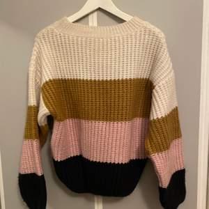 En jättefin tröja från MANGO med härliga färger. Super trendigt med färger just nu. Tyvärr använd 1 gång. Köparen står för frakten runt 60kr❤️💜