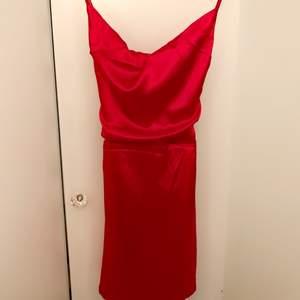 Röd trendig satin klänning, bara använd 1 gång! 🌹 knytning på ryggen