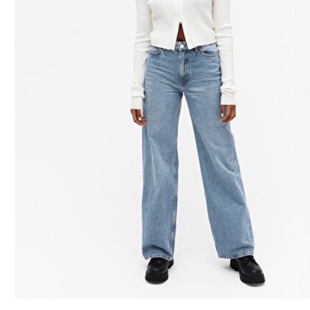 säljer ett par monki yoko jeans i färgen mid blue. bara använda en gång! org. pris 400kr. Jeans & Byxor.
