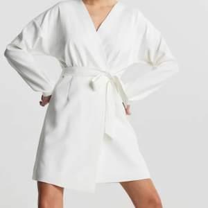 Säljer en vit klänning i storlek 40, passar dock mig som har storlek 36-38 men lite stor. Säljs för 100kr+frakt