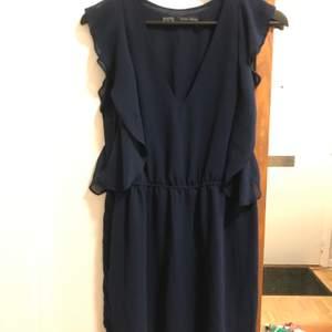 Sassy mörkblå klänning från Zara, Endast använd 1gg då den är lite för stor. Simplare volang kring armarna & resor i midjan. Knälång men beror såklart på hur lång du är. Det är en XS men passar nog även på S samt en mindre M.. 👗