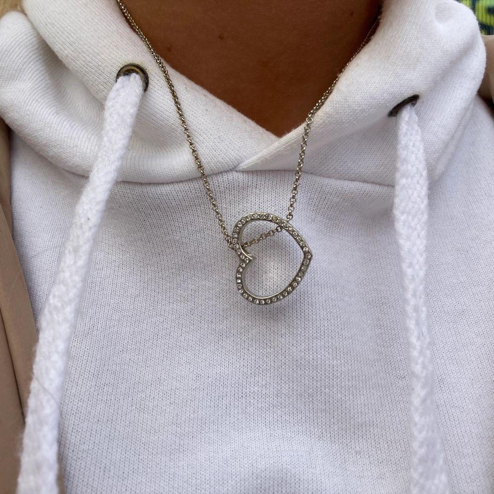 """silverfärgat halsband """"hjärta"""" begagnat skick Pris:30kr frakt: 12kr  beställning sker i vår egna webbshop!( länk i profilen) eller här. Accessoarer."""