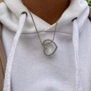 """silverfärgat halsband """"hjärta"""" begagnat skick Pris:30kr frakt: 12kr  beställning sker i vår egna webbshop!( länk i profilen) eller här"""