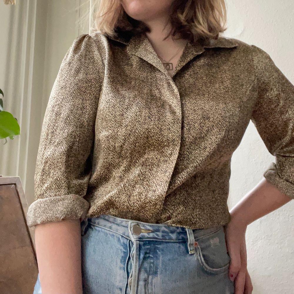 Köpt på secondhand i Brighton. Super fin silkes skjorta i typ en guld/bronze färg. . Toppar.