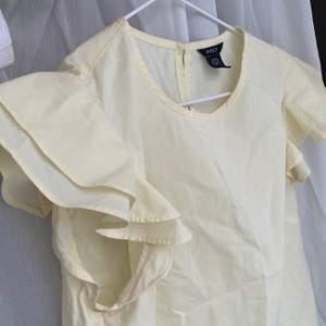 Ljusgul blus/topp med volangärmar. Storlek 38 men passar även 36🤍 Jättefin blus och färg, perfekt till sommaren 🌾 Lite skrynklig nu men kan strykas!!