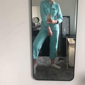 Jättefin byxdress i turkose jeans från Dollskill, använd några gånger och är ganska liten i storleken, går att göra större eller mindre i midjan.
