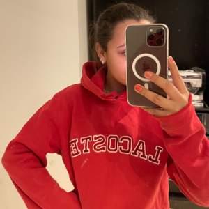 Jätte snygg Lacoste hoodie i jätte bra skick, använd fåtal gånger och storlek L men sitter som en S, bud från 300kr köparen står för frakten!