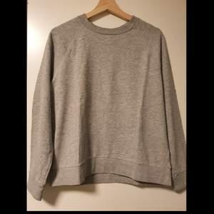 Säljer en Divided H&M tröja i strl M. Köpte för 1-2 år sedan. I jättefint skick då jag använt den max 4 ggr. Kan byta fraktsätt så att det bli billigare, om det önskas.