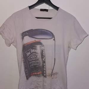 T-shirt med Jack Daniels tryck i fram. Storlekwn är L men mer som M. PM för mer bilder/info