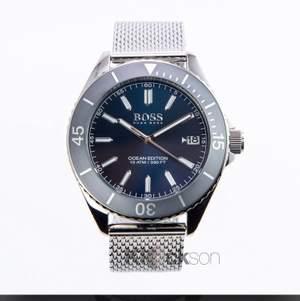Har en sån klocka som är på bilden den är knappt använd och har inga skador