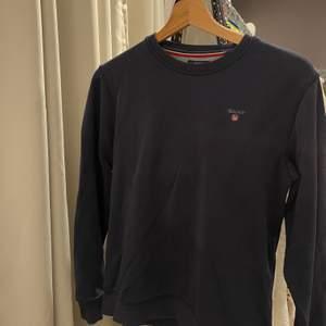 Mörkblå sweatshirt från Gant, storlek 158/164 men passar mig som har XS, fint skick