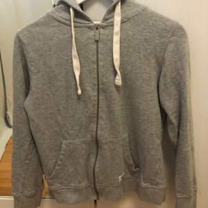 En grå zipup tröja från Lager 157. Säljer pga för lite för mig! Fint skick och skönt material 🤍 Den är ganska kort och sitter på mig tight runt armarna (jag är en M/38).