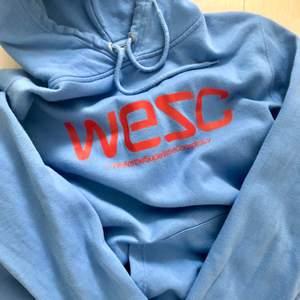 Hoodie från WeSC i riktigt fräsch blå färg!! Jag har vanligtvis XS och hoodien är L, men den sitter snyggt oversize! ⚡️