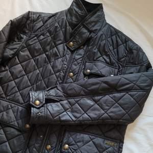 En polo Ralph Lauren jacka, bra skick. Köptes för 4000. Säljer den nu för 1000 men priset kan diskuteras 😁