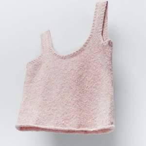 Säljer detta populära rosa stickade linnet från zara, men endast vid bra pris💕 storlek s, använd fåtal gånger💕