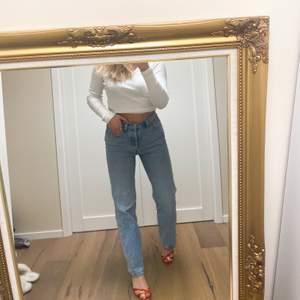 Nästan helt oanvända Levis ribcage Straight Jeans i storlek 27 (passar S-M). Köpa i levisbutiken. Skitsnygga jeans som sitter sjukt bra!! Jag är 163cm lång och på bilden har jag på mig typ 3cm klackar.
