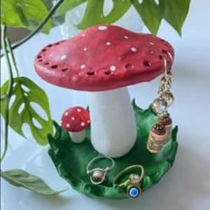 Gör custom ler smyckes hållare! Mindre (som bild 2 och 3) kostar 50 kr plus frakt och de större (some bild 1) kostar 100kr plus frakt♡ obs dessa bilder är exempelbilder på vad jag skulle kunna göra! Man får beställa vad man vill💞