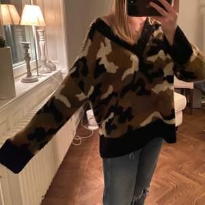 Säljer min superfina camoflage stickade tröja! Använd fåtal gånger, väldigt fint skick. Storlek S