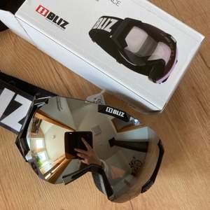 Ett par jättesnygga skidglasögon, helt nya med etiketten kvar. Nypris 599 kr.