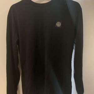 Säljer denna fina svarta långärmade stone island tröjan! Nypris: 1400, säljer för: 750kr. Storlek Small!