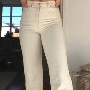Säljer mina beiga weekday jeans i modellen Rowe. Köpta här på Plick men var för stora (bilderna är från förra säljaren).