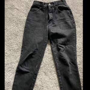 Hjälper min syster sälja kläder hon inte använder! Svarta jeans från Moda Intl i storlek S. Köpare står för frakt på 66 kr🤍 Skriv privat för fler bilder samt mått!
