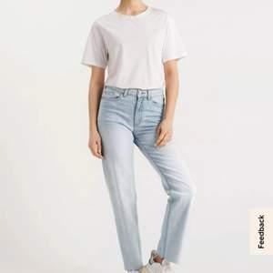 Säljer dessa ljusa jeans från Lindex i storlek 38. Helt oanvända, säljes på grund av fel storlek för mig. Nypris 399.