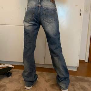Sjukt snygga jeans från EastWest med nice passform, osäker om jag vill sälja men sitter inte riktigt som önskat😿 skriv vid intresse eller funderingar!🐮 (innerbenslängden är 86cm och midjemåttet är 82cm ish?)