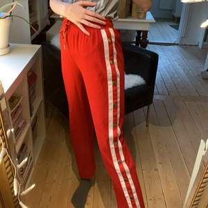 Snygga röda sportiga buttonup byxor från SHK Paris. Lite använda men bra skick (några knappar ser slitnare ut än andra). Står strl L men skulle säga att den mer är en S🌹