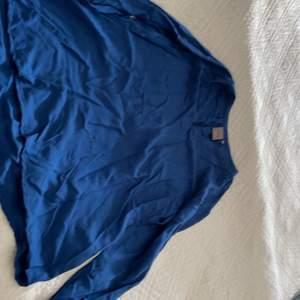 En blå tröja ganska använd