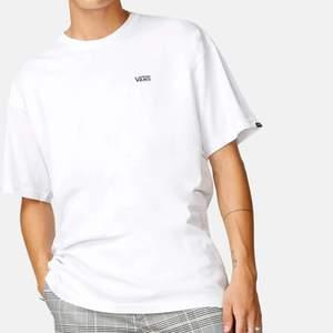 Säljer denna fina t-shirt från vans i storlek small❤️ (Paketpris om du köper både denna och den svarta jag också säljer)