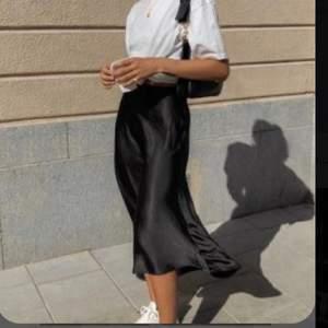 Satin kjol i stolek XS men passar även S. Helt oanvänd. Köpte en för mycket. Nypris 349kr mitt pris: 150kr