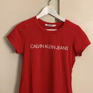T-shirt i storlek S, köpte för ungefär ett ut sedan men men säljer för den inte är min stil längre. Köparen står för frakten.