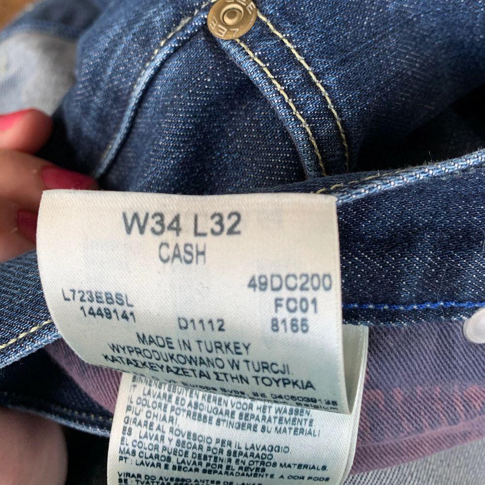 Säljer ett par väldigt fina Lee jeans som nästan är helt oanvända. Dom är jättefina men väldigt stora i midjan. Hade nog funkat med ett skärp men på bilden så håller jag åt byxan bakom ryggen. Dom är i storlek W34 L32. . Jeans & Byxor.