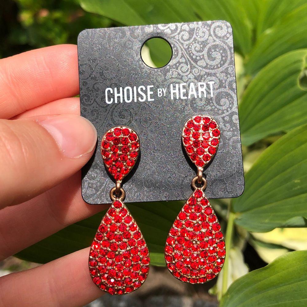 Röda aktiga diamant örhängen aldrig använda🍓❤️köparen står för frakten som är 12kr. Accessoarer.