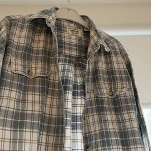 Snygg flannelskjorta köpt på beyond retro. Storlek M i dam