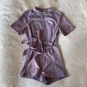 Lila byxdress från Urban Outfitters i strlk M! Nypris 59£ så ca 700kr. Endast provad!