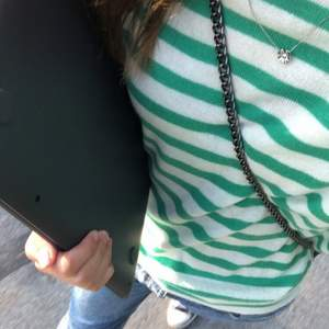 Säljer min jättefina randiga tröja fråga zara:) Bud är bindande och köpare står för frakt!⭐️ (andra bilden lånad)💕