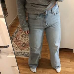 Säljer dessa super snygga jeansen från Lager 157 i storlek M. Är i jätte fint skick förutom att de är lite slitna längst ner men det är absolut inget man tänker på! Köpt för 300kr säljer för 100kr+frakt😊 Skriv för frågor eller intresse💓Frakt 66kr och spårbar💘