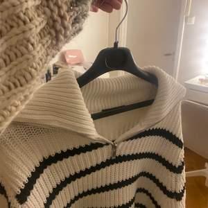 Säljer denna slutsålda tröjan i storlek XS men passar också en S och en liten M. Använd en gång❤️🔥