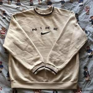 Skitcool sweatshirt från Nike som var min pappas gamla. Storlek L, passar mindre för oversize look. Buda i kommentarerna😀
